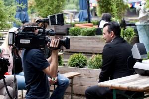 Event Agentur Stolberg und Künstler vermittlung Stolberg - Keyboarder Karl am Donnerberg Stolberg vor der RTL Kamera